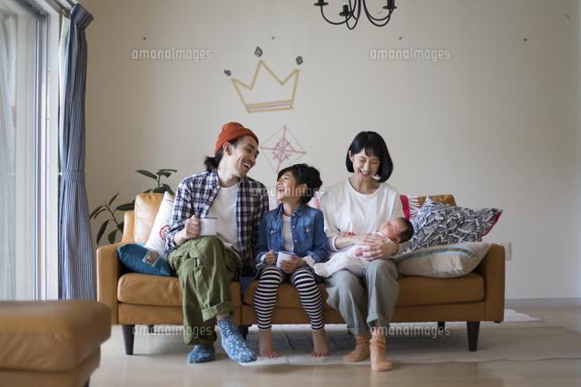 リビングのソファーに座ってくつろぐ家族 (c)juno fort/a.collectionRF