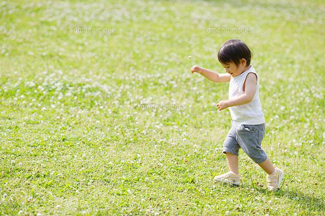 野原を歩く子ども (c)BLOOM image