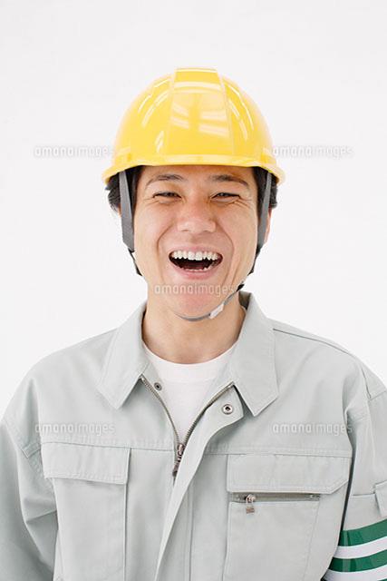 笑顔の作業員の男性[11004034013...