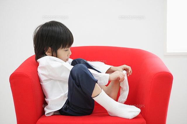 靴下を履く男の子[11004034394 ...