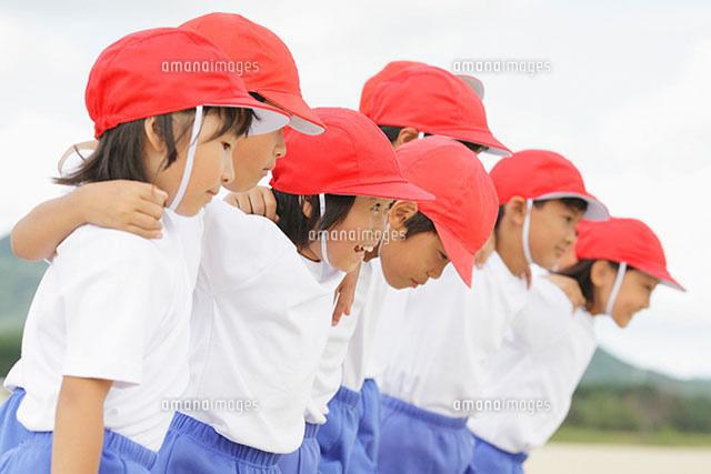 赤い帽子を被った小学生