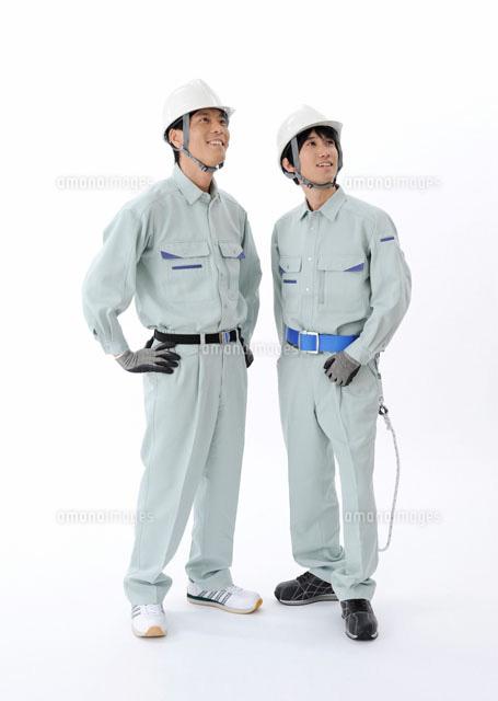 見上げる建設作業員[11007061424...