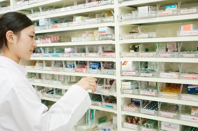 薬を選んでいる薬剤師 (c)visual supple