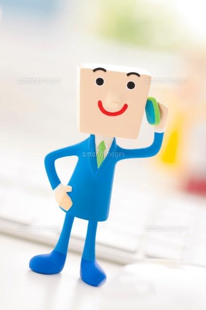 携帯電話を持つビジネスマンのクラフト (c)visual supple