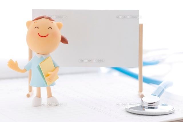ホワイトボードの前に立つ看護師のクラフト (c)visual supple