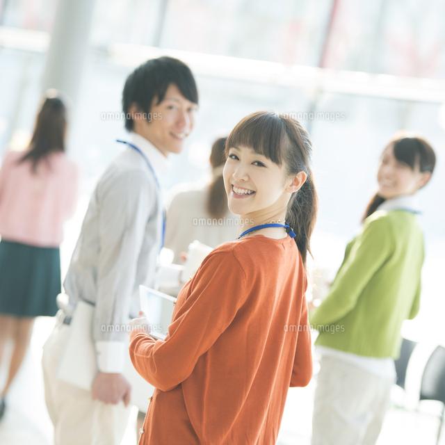 オフィスで微笑むビジネスウーマンとビジネスマン (c)visual supple