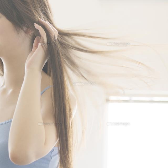 髪を乾かす女性の手元 (c)visual supple