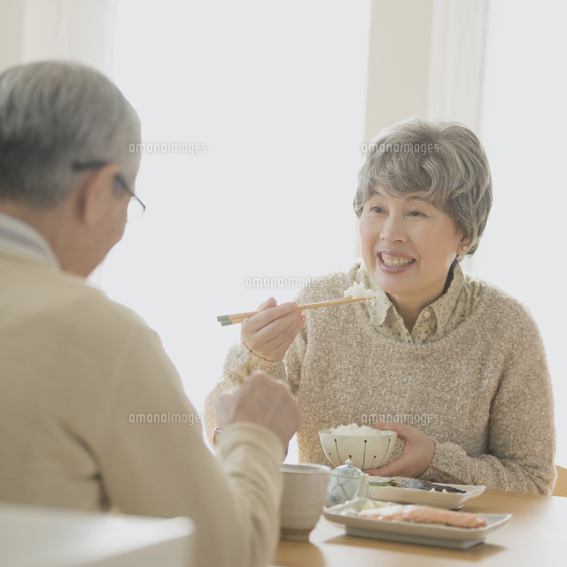 朝食を食べるシニア夫婦 (c)visual supple