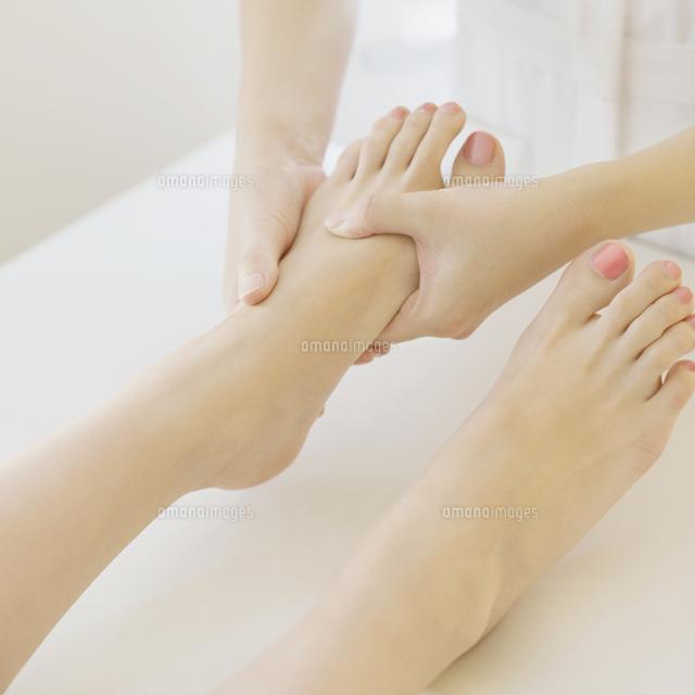 足のマッサージを受ける女性の足元 (c)visual supple