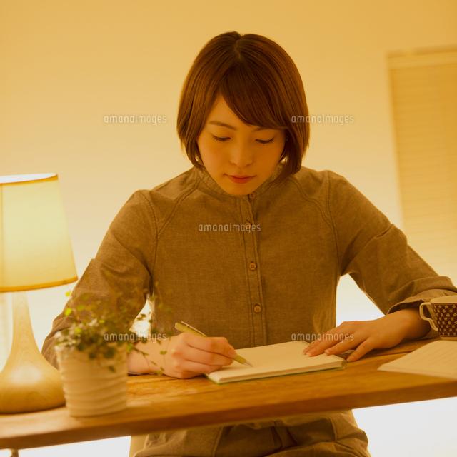 通信講座の勉強をする女性 (c)visual supple