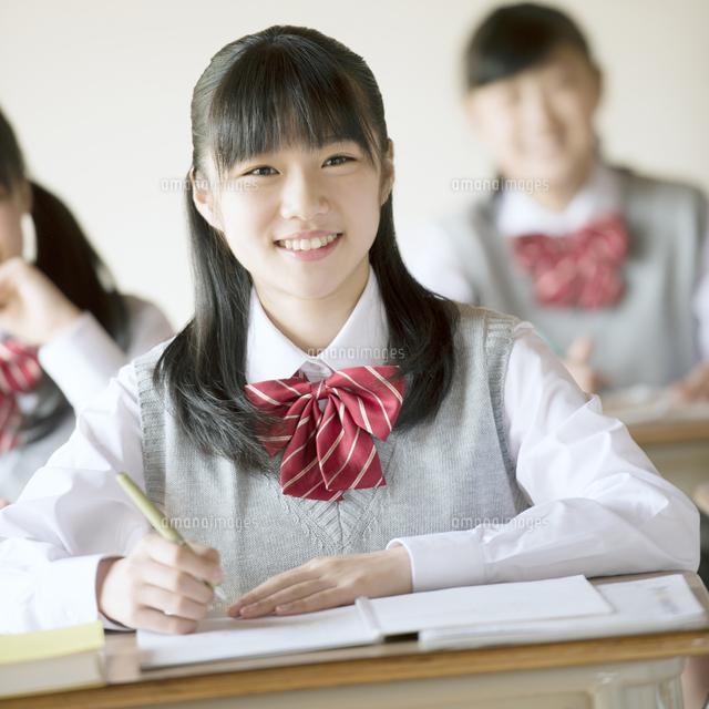 教室で授業を受ける中学生 (c)visual supple