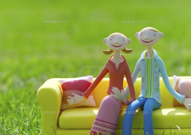 草原でソファーに座るカップル クラフト (c)visual supple /amanaimages