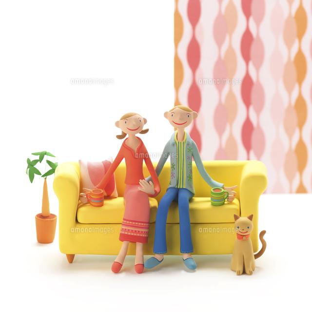 ソファーに座ってコーヒーを飲むカップルと猫 クラフト (c)visual supple /amanaimages