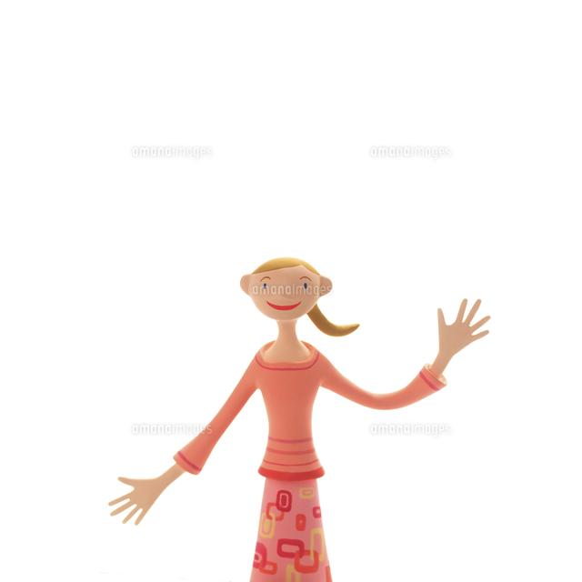 片手をあげて微笑む女性 クラフト (c)visual supple /amanaimages