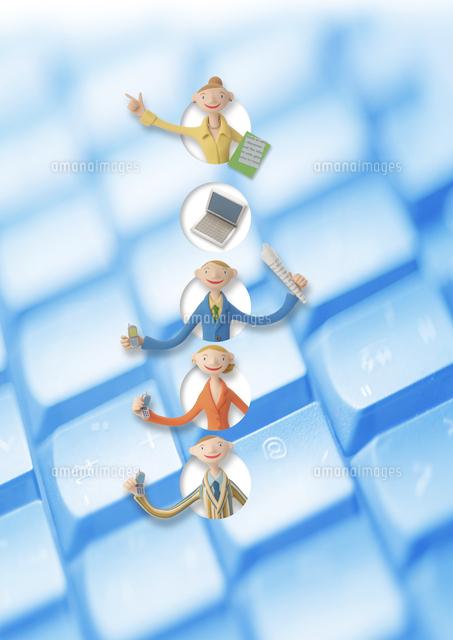 キーボードの上のビジネスマンとビジネスウーマン クラフト (c)visual supple /amanaimages