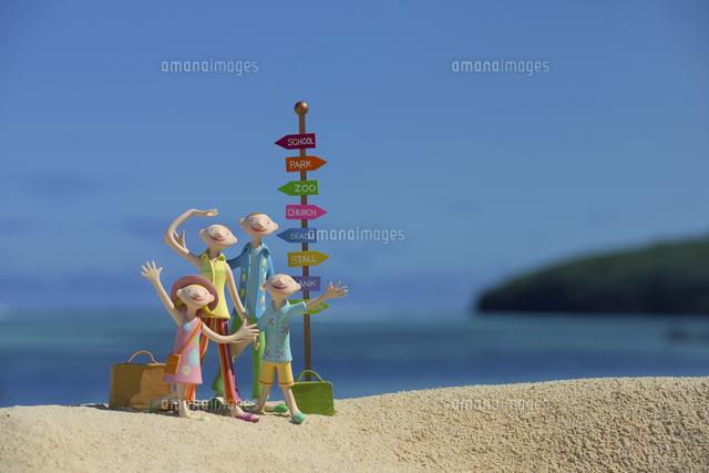 旅行中に海辺に立つ家族と道しるべ クラフト (c)visual supple /amanaimages