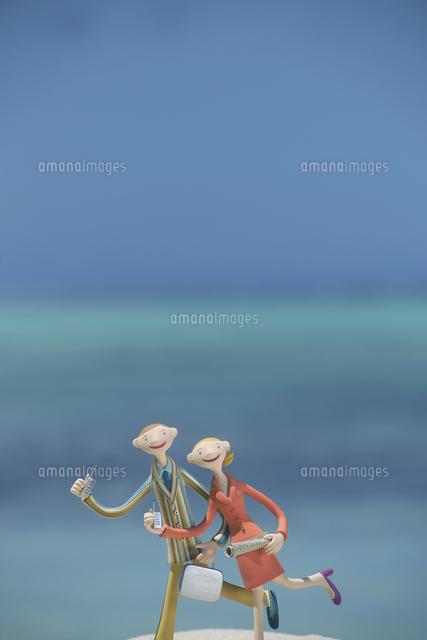 海辺を走るビジネス夫婦と青空 クラフト (c)visual supple /amanaimages