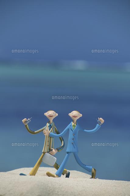 砂浜を歩くビジネスマンと海 クラフト (c)visual supple /amanaimages