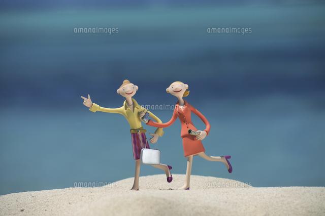 砂浜を走る働く女性と海 クラフト (c)visual supple /amanaimages