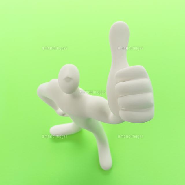 左手の親指を立てて立つ人のオブジェと緑 クラフト (c)visual supple /amanaimages