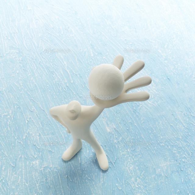 左手に球を持って立つ人のオブジェと青 クラフト (c)visual supple /amanaimages