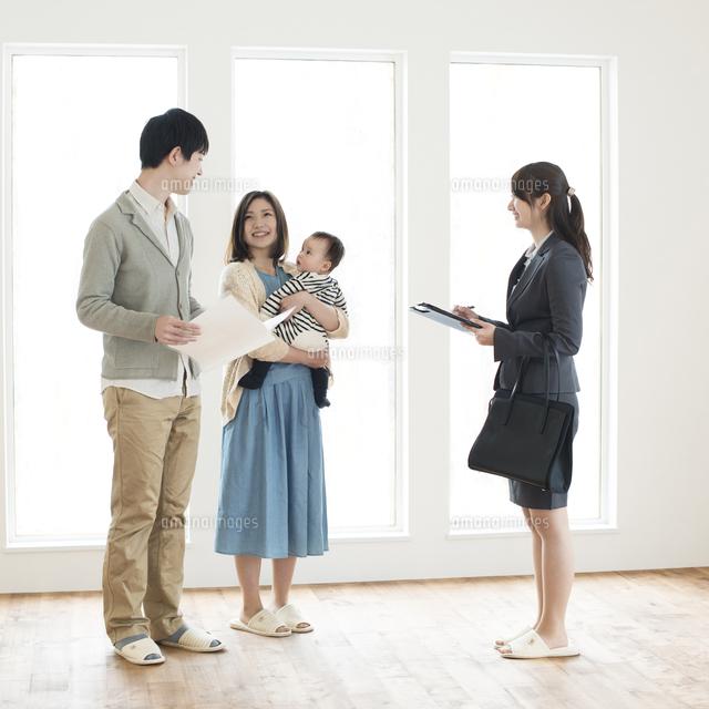部屋の内見をする家族とビジネスウーマン (c)visual supple