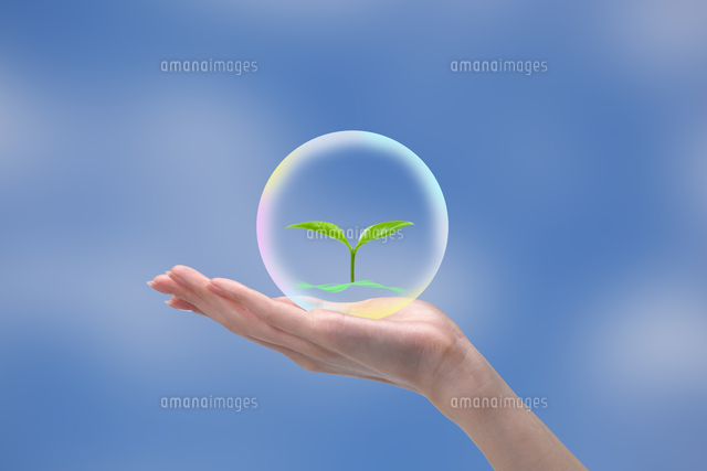 若葉が浮かぶ球体を持つ女性の手 CG (c)imagewerks RF