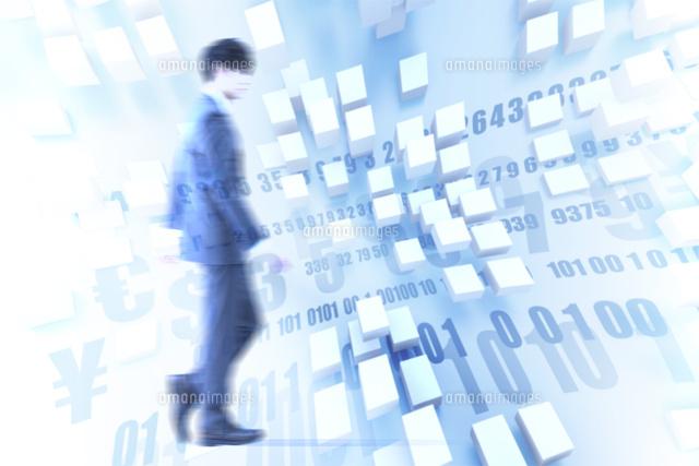 歩くビジネスマンと数字と記号 CG (c)imagewerksRF