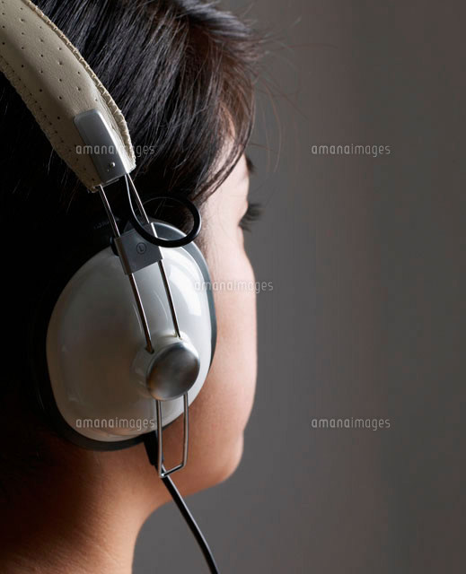 Woman Listening to Headphones (c)clover/a.collectionRF