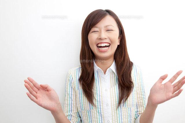 手を叩いて爆笑する女性 (c)Paylessimages,Inc