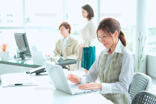 オフィスで働くビジネスマンとビジネスウーマン (c)didi
