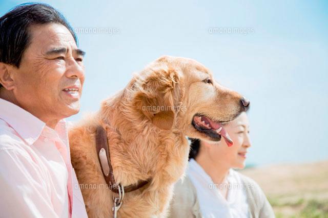 日本人シニア夫婦と犬 (c)didi