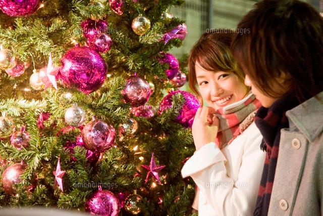 クリスマスツリーとカップル (c)didi