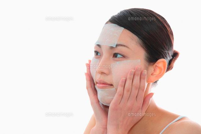 化粧水パックをする女性 (c)didi