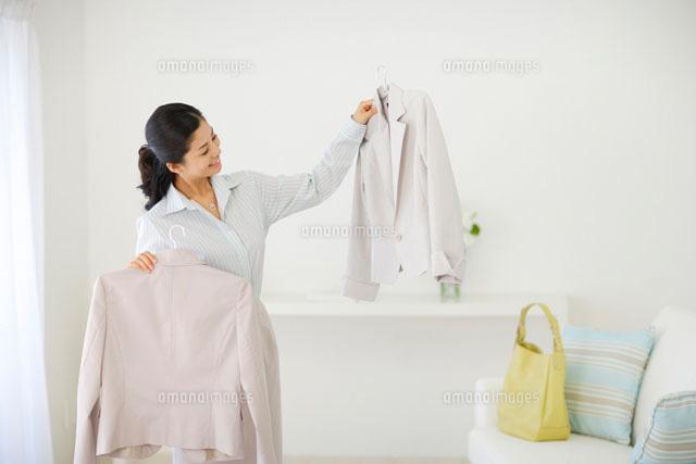 洋服を選ぶ女性 (c)mon printemps
