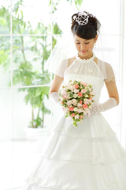 ブーケを持ったウェディングドレスの女性(c)mon printemps