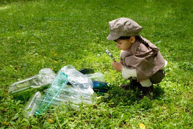 捨てられたゴミを発見する探偵少女 (c)Mon Printemps