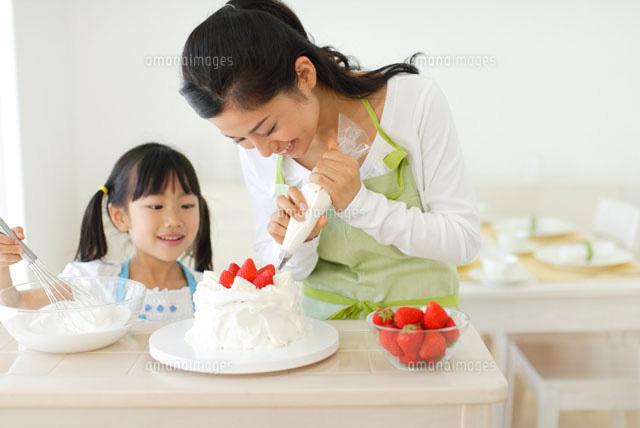 ケーキを作る親子 (c)mon printemps
