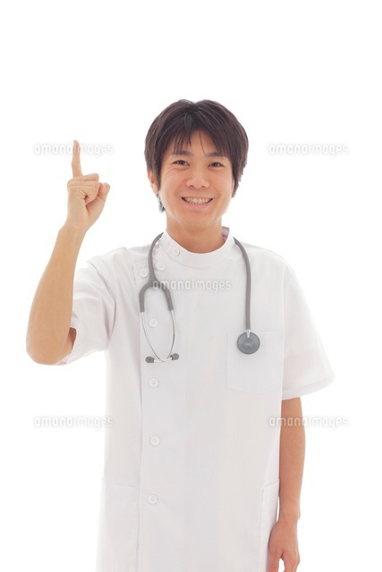 白衣の若い医師 (c)mon printemps