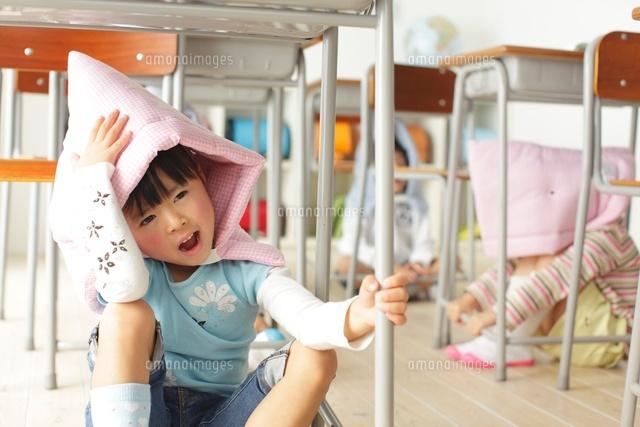 避難訓練をする小学生の子供達 (c)mon printemps