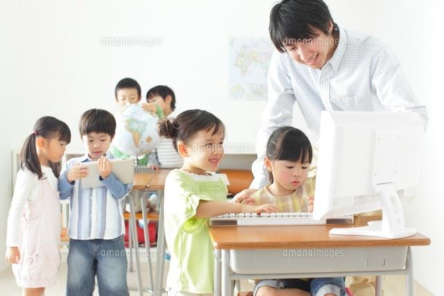 パソコンや地球儀を使った授業 (c)mon printemps
