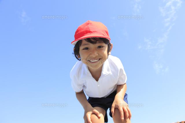 体操服姿の笑顔の男の子[1103801...