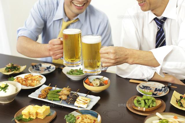 居酒屋で飲み会を楽しむサラリーマン (c)mon printemps