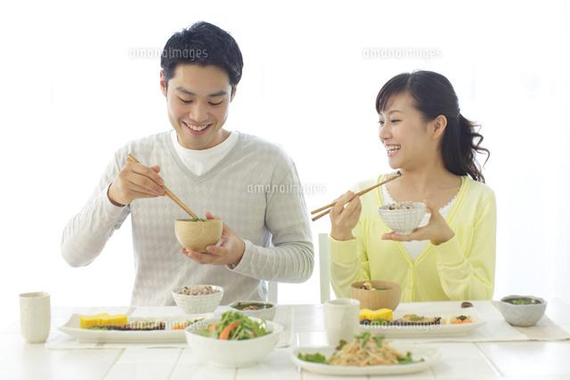 朝食を食べる新婚夫婦 (c)mon printemps