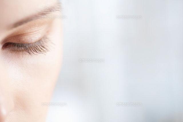 Gold eye shadow on caucasian woman (c)moodboard