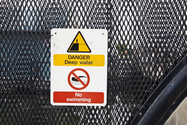 Warning sign no swimming (c)moodboard