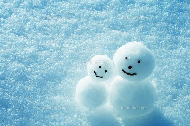 寄り添う雪だるま[11050011082]  写真素材・ストックフォト・イラスト素材 アマナイメージズ
