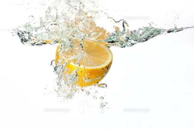 水の中に落ちるレモン[11069008833]  写真素材・ストックフォト ...