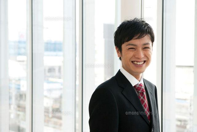 笑顔のビジネスマン (c)iconics