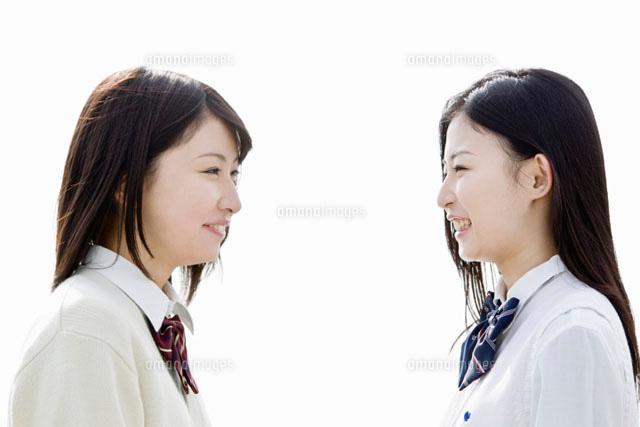 向き合う2人の女子高校生 (c)iconics